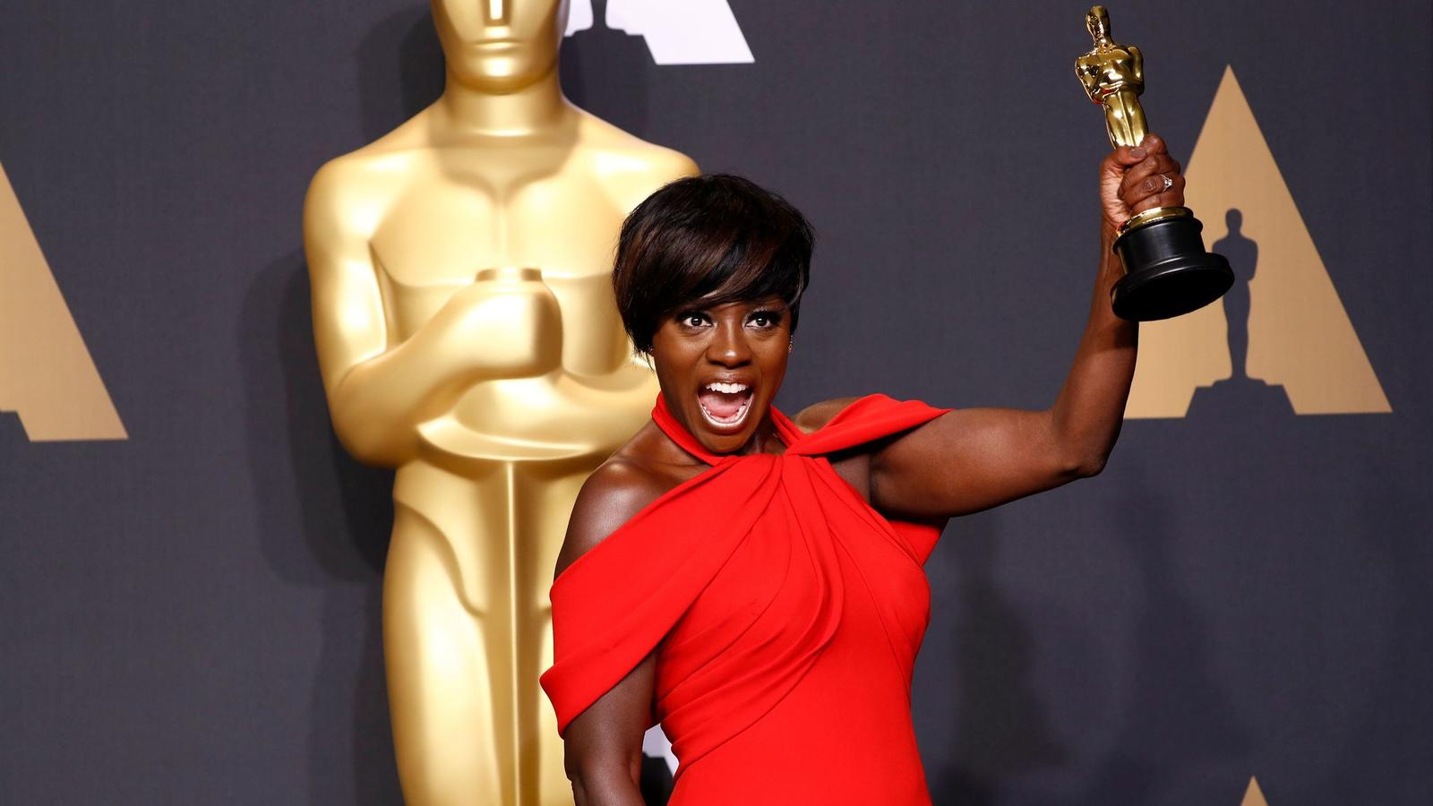 Viola Davis and her Oscar for best supporting actress. (Marcus Yam / Los Angeles Times)