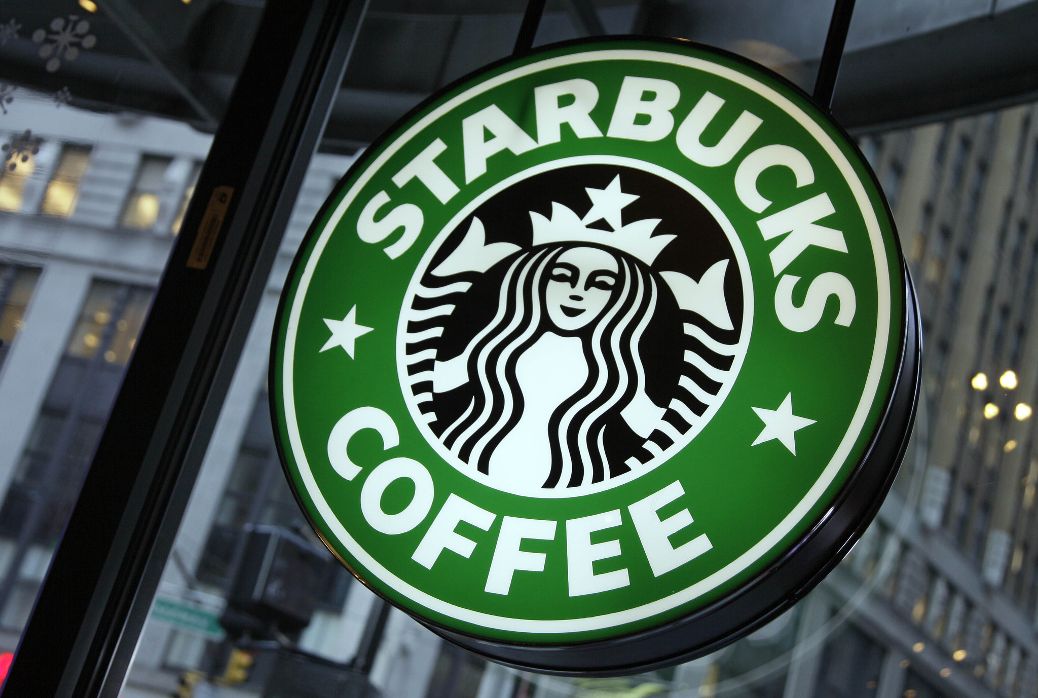 Starbucks ceo says it 39 s ready to enter italy after 35 for Starbucks italie
