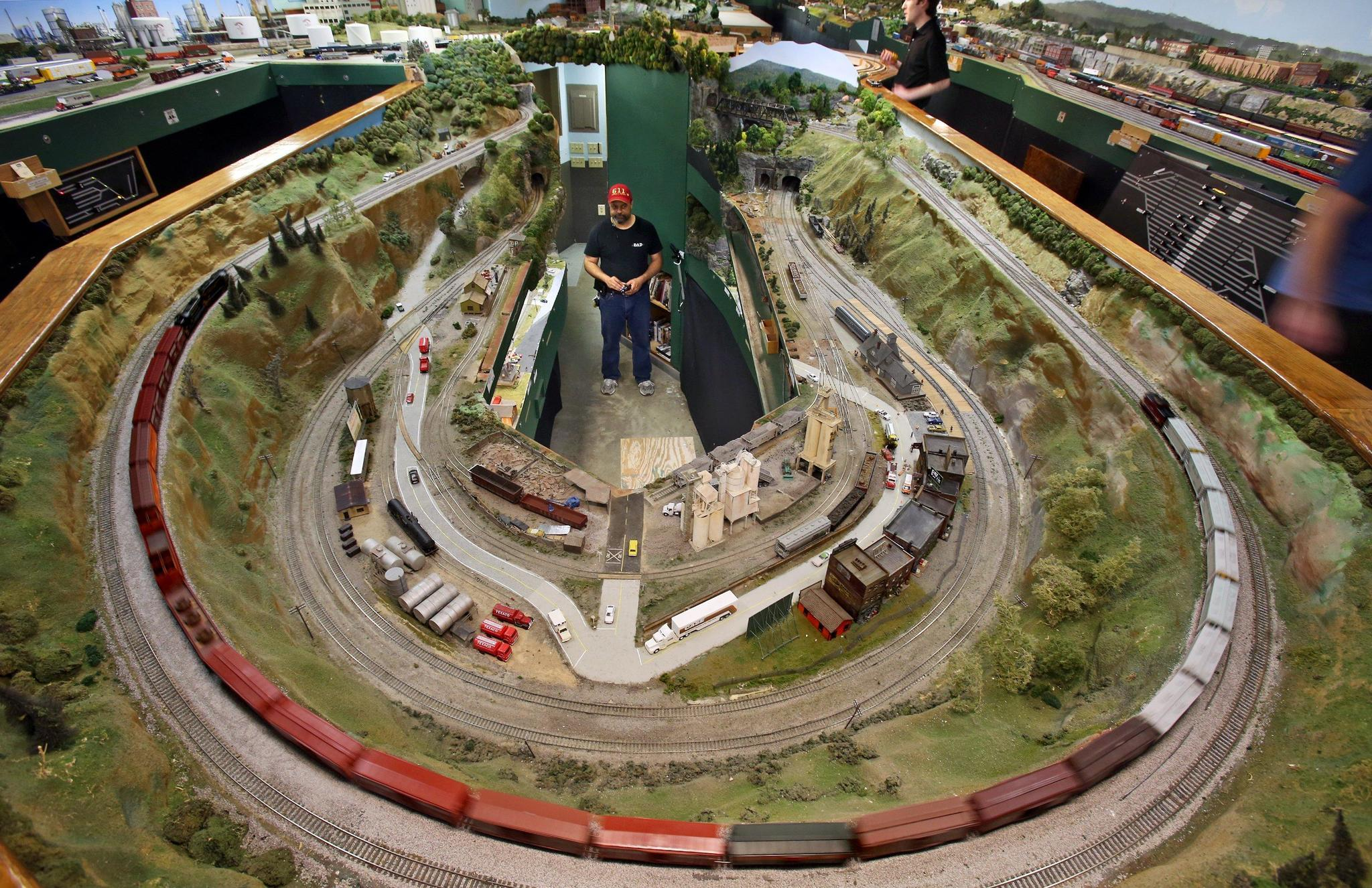 York Model Railroad Club Builds A Little World Along Scale Miles Of Tracks Sun Sentinel