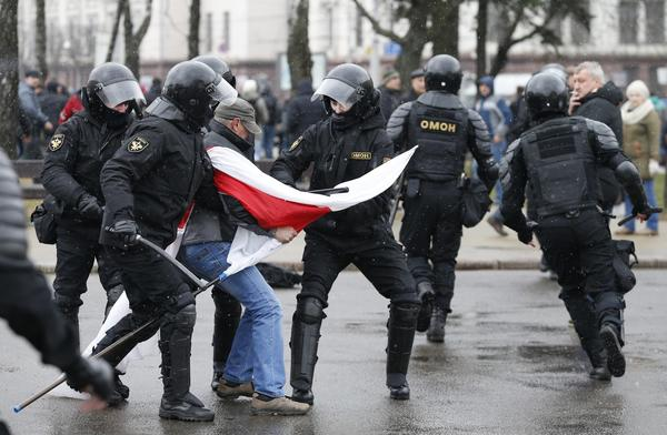 Police in Belarus arrest hundreds of protesters and dozens of journalists