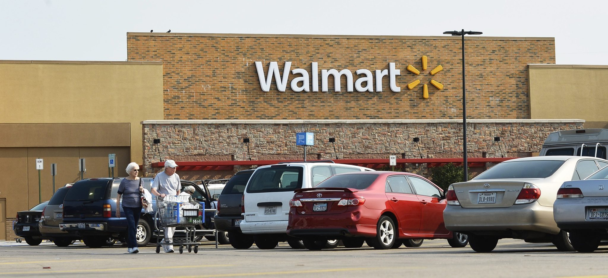 retail marketing mix of wal mart These funds are invested in walmart marketing communication mix that include   the retailer launches seasonal sales promotions in a regular.
