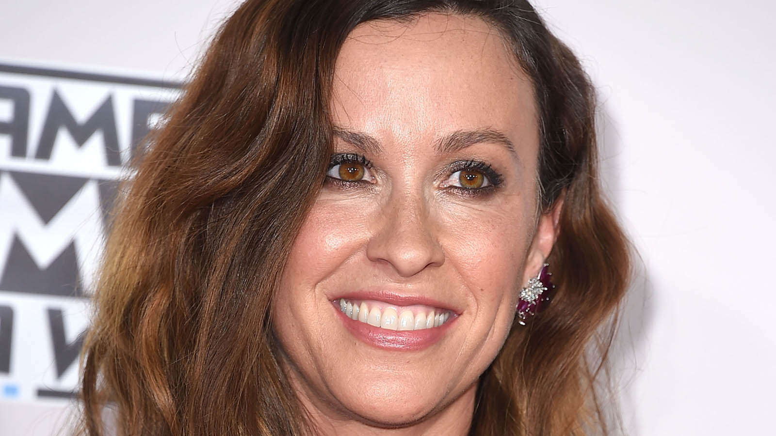 Alanis Morissette Isn T Buying Her Ex Business Manager S