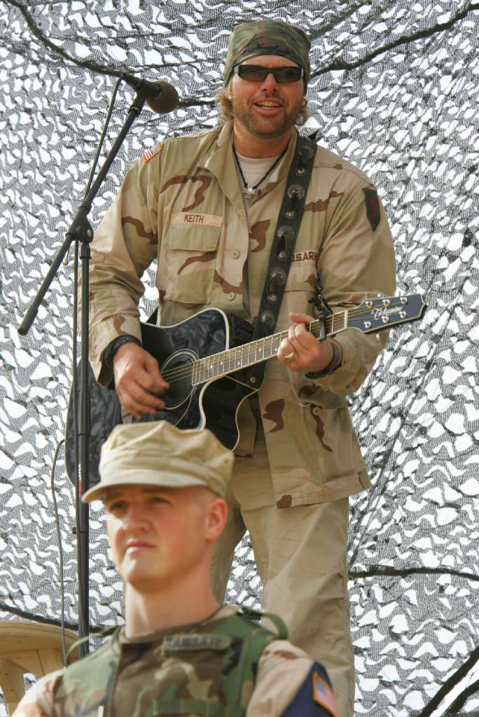 US country western performer Toby Keith, sings for over 300 US Army soldiers among those stationed at Camp Merez in the city of Mosul, 400 kilometers north of Baghdad, during a moral tour concert 15 May 2005.