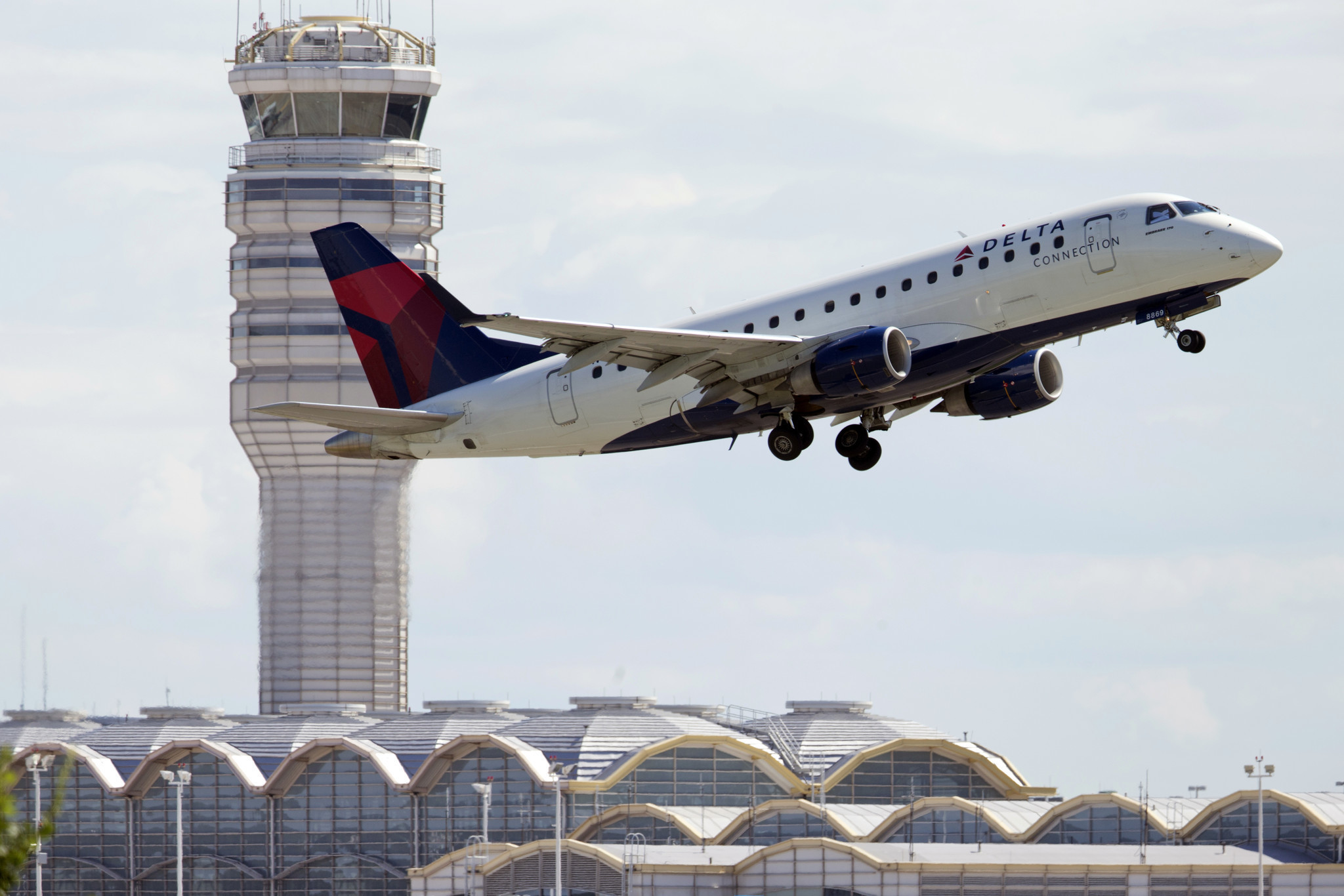 Overbooked flight on Delta? You now could get nearly $10,000 to give up your seat