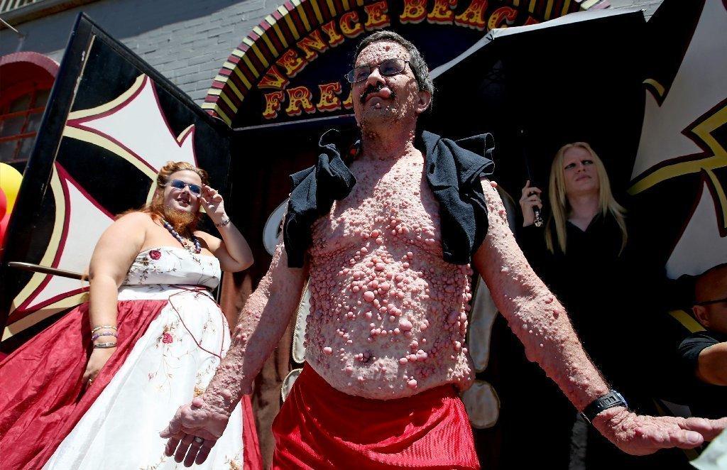 Venice Beach Freak Show A Bizarre Tourist Attraction On The Boardwalk Is Closing La Times