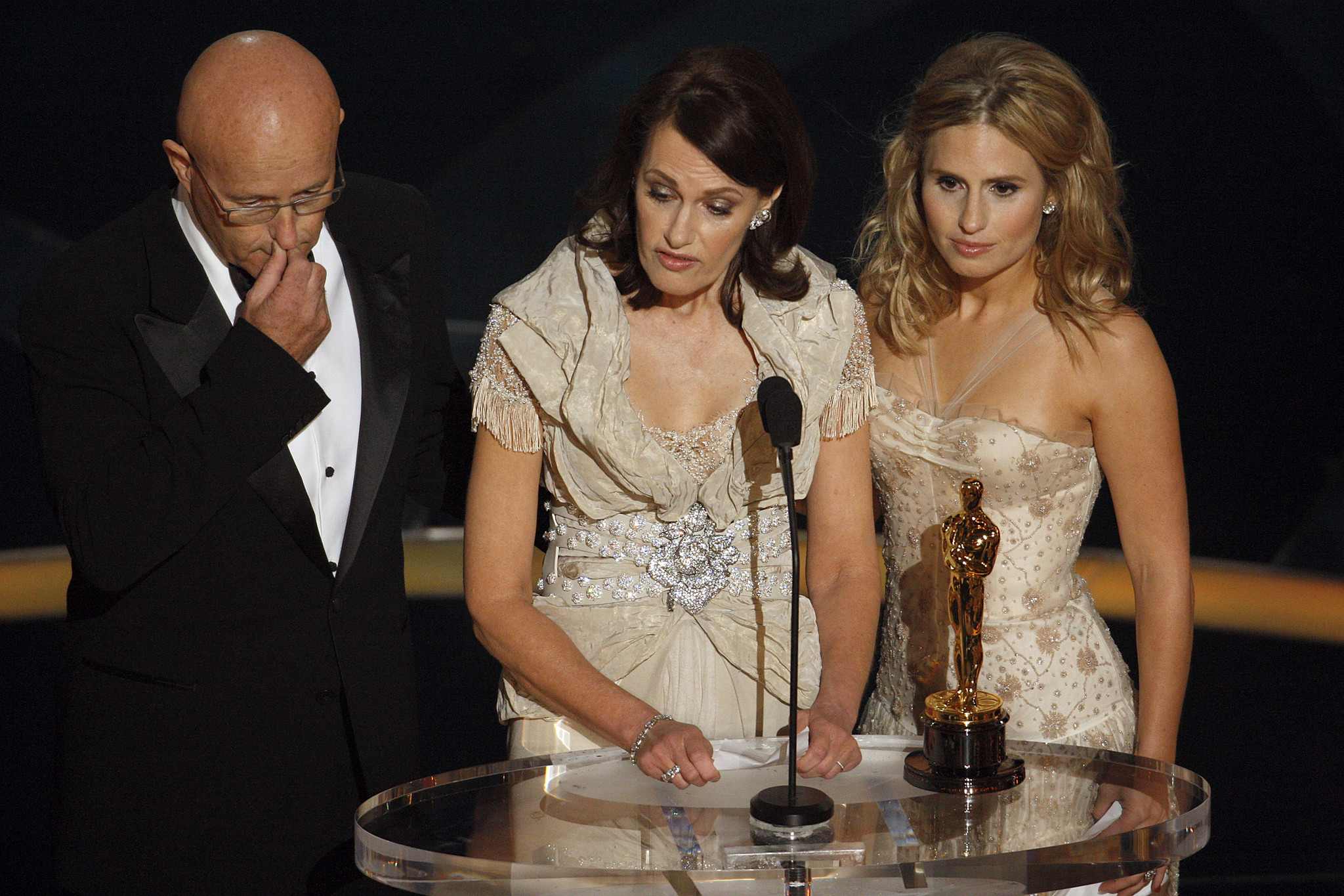 Accepting the supporting actor Oscar given posthumously to Heath Ledger, from right, Ledger's sister Kate, mother Sally Bell and father Kim at the 81st Annual Academy Awards on February 22, 2009.