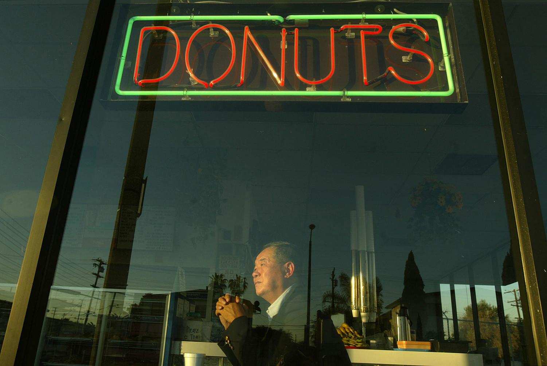 En el 2004, Ted Ngoy aparecé sentado dentro de la tienda Christy's Donut Shop, en Hawthorne, misma tienda que el construyó en la década de los 80's.