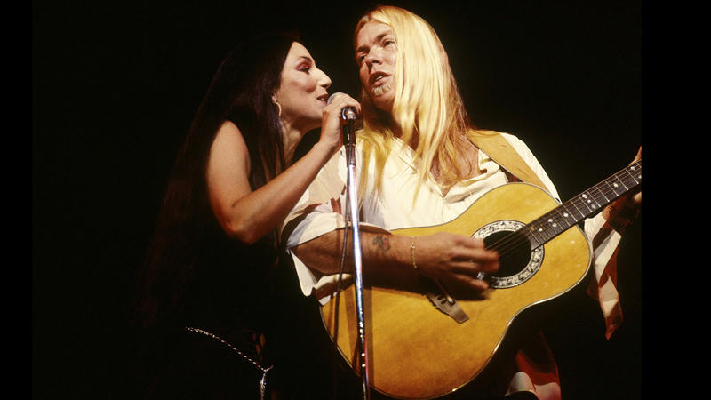 Gregg Allman and Cher in 1977. (David Redfern / Redferns)