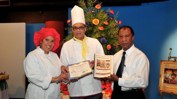 A la derecha Manuel Lebrón durante la graduación de estudiantes de la Lebron's Culinary Training en