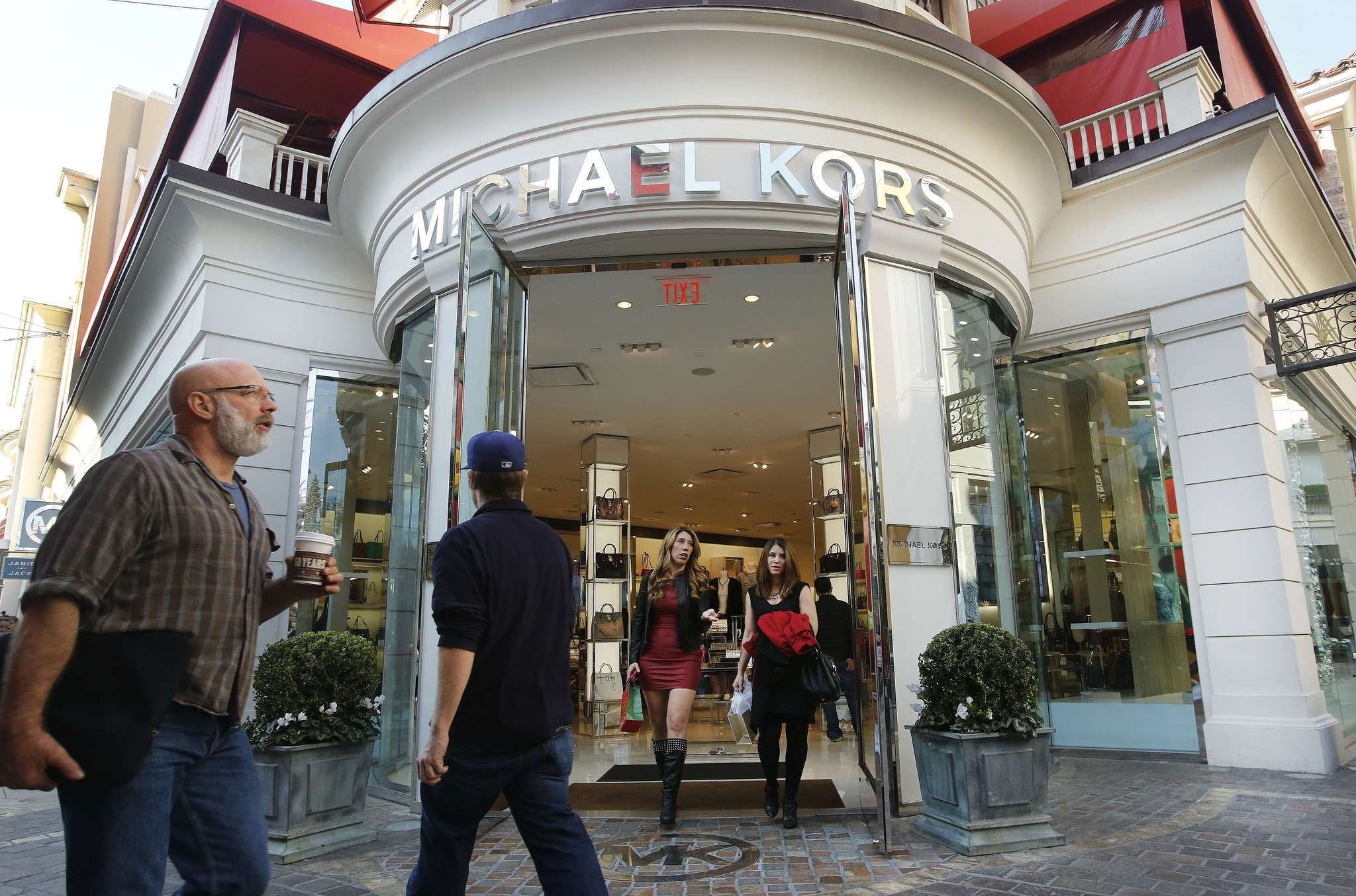 michael kors to close up to 125 stores in the next two years as it focuses on asia la times. Black Bedroom Furniture Sets. Home Design Ideas