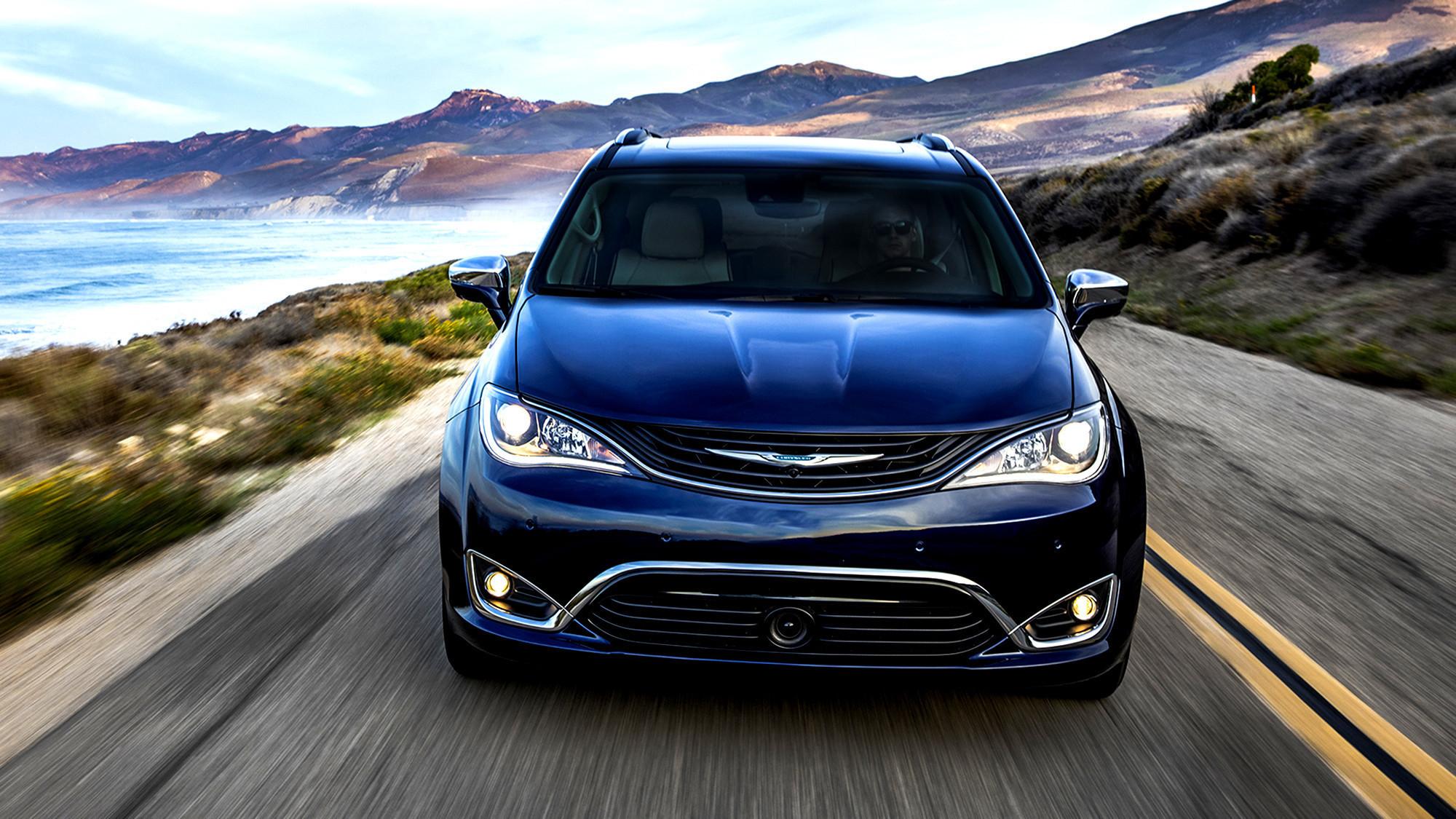 2017 chrysler pacifica america 39 s first plug in hybrid minivan la times. Black Bedroom Furniture Sets. Home Design Ideas