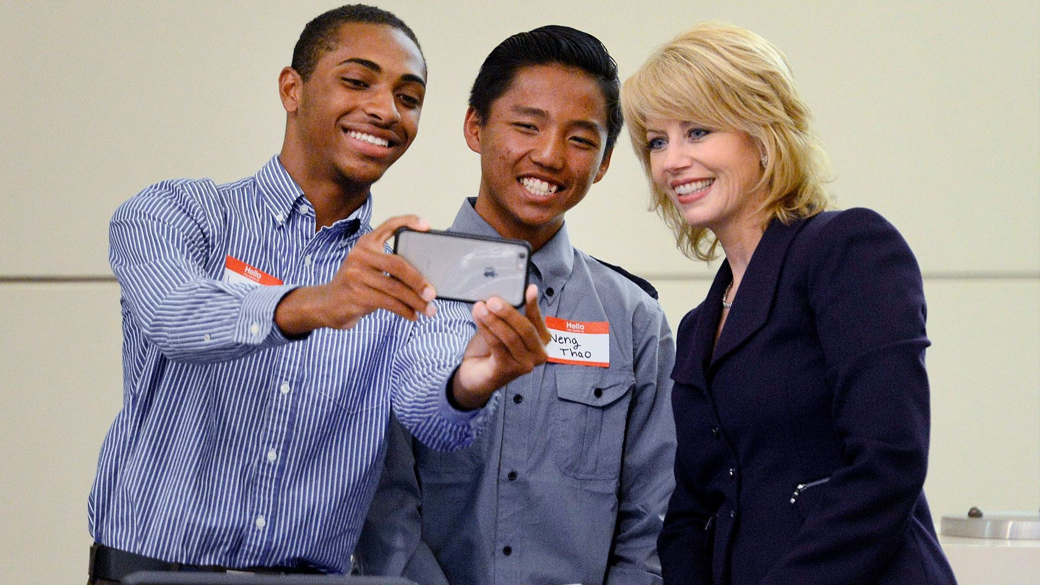 Fresno Mayor Ashley Swearengin poses for a selfie with Youth Commission appointees Jason Phillips, left, and Neng Thao in April 2016.