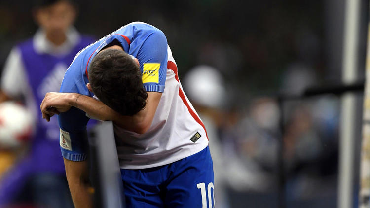 U.S. forward Christian Pulisic reacts after missing a goal opportunity against Mexico. To see more images from Sunday's game, click on the photo above. (Alfredo Estrella / AFP / Getty Images)