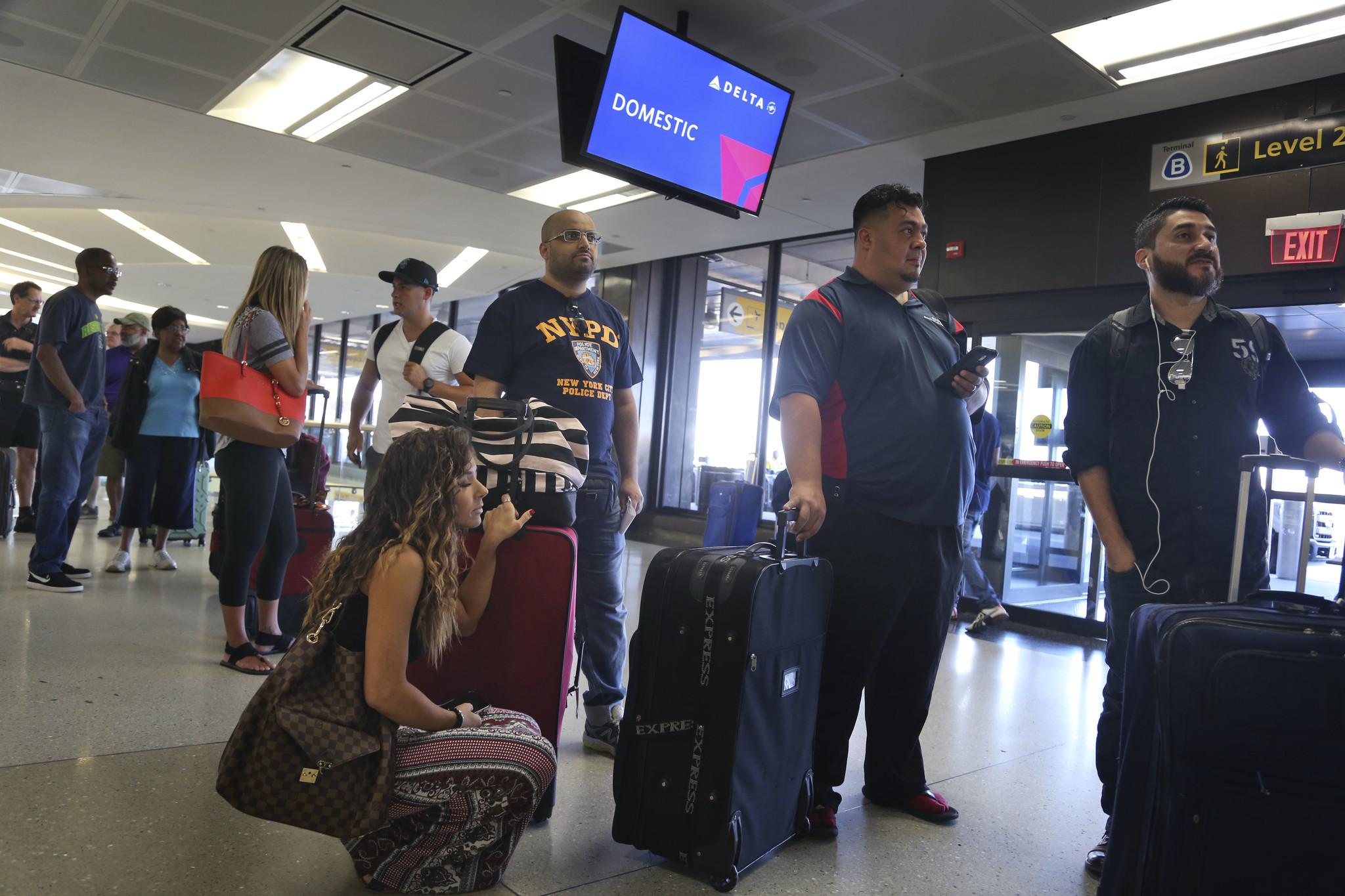 Delta reanuda parte de su servicio; muchos pasajeros varados - Hoy ...