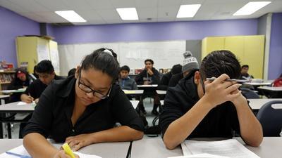 Estudiantes se duermen durante las clases: padres y políticos quieren cambio de horarios