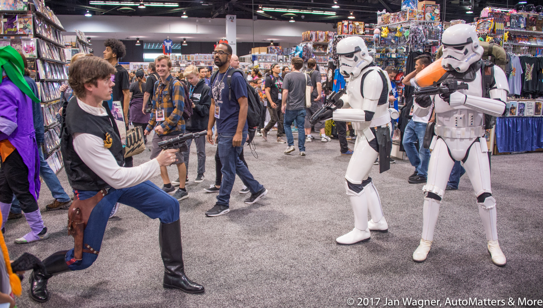 "Impromptu ""STAR WARS"" cosplay on the show floor"