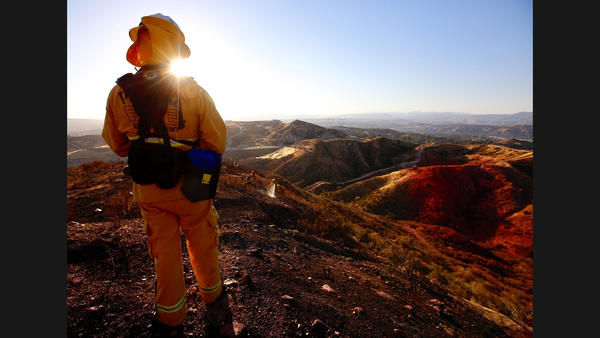 Fast-moving fire burning in Santa Clarita; 14 Freeway closed