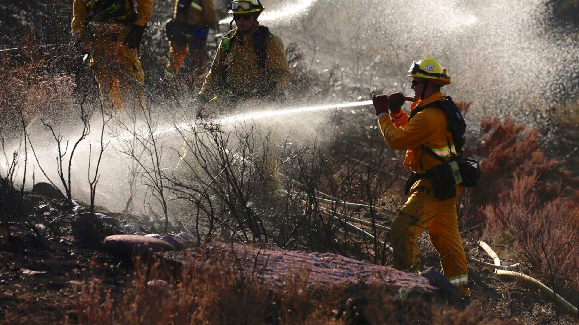 Crews battling 870-acre fire in Santa Clarita will face 30-mph winds and triple-digit heat, forecast says