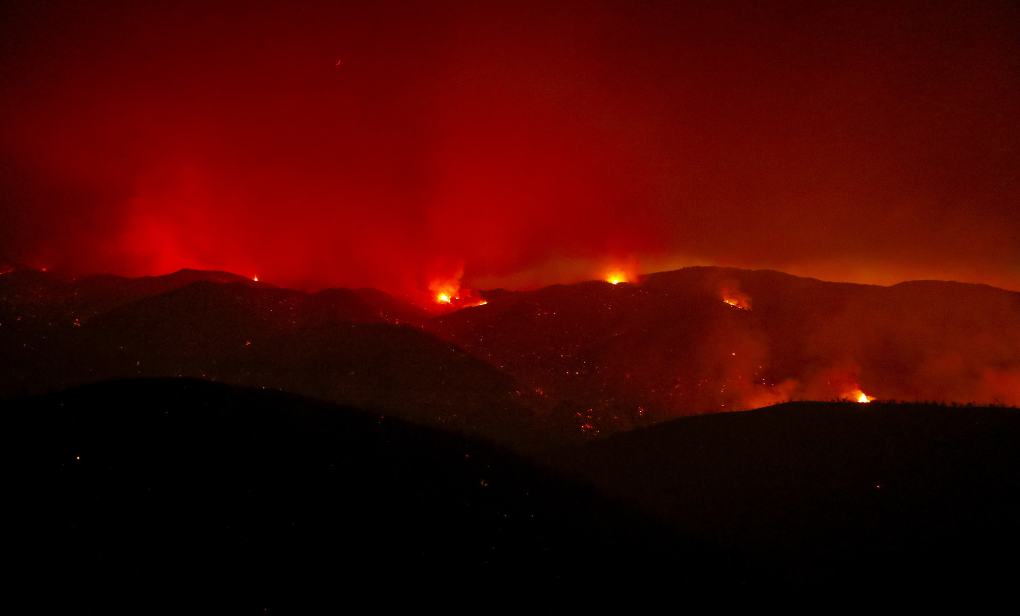 Wind-driven wildfire burning near Riverside County communities now beyond 5000 acres