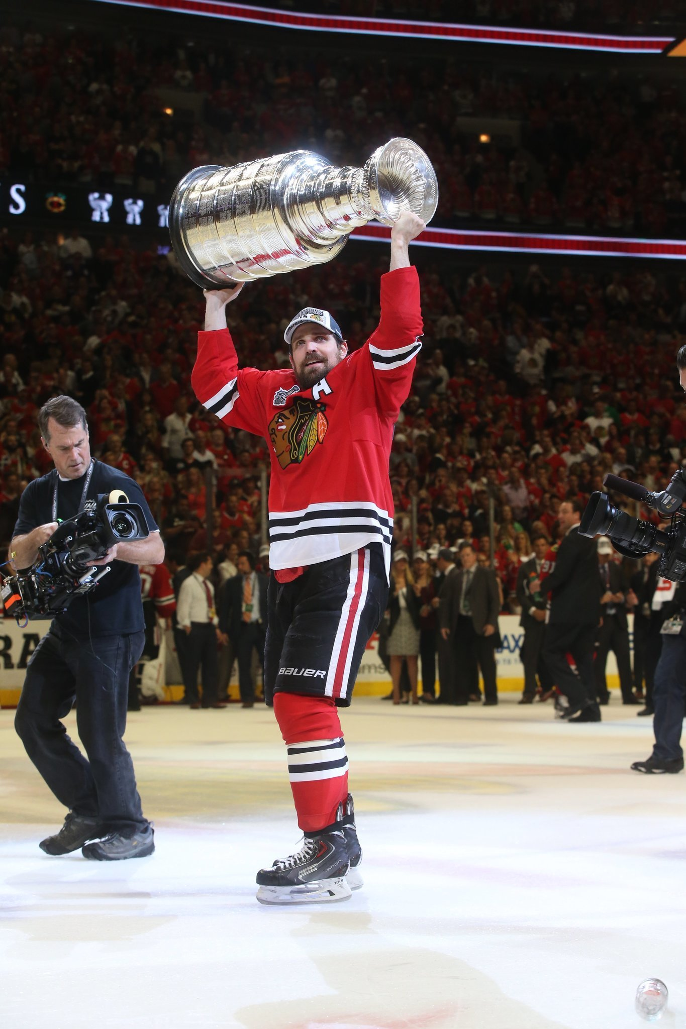 Patrick Sharp puts heart over bank account in re-signing with Blackhawks