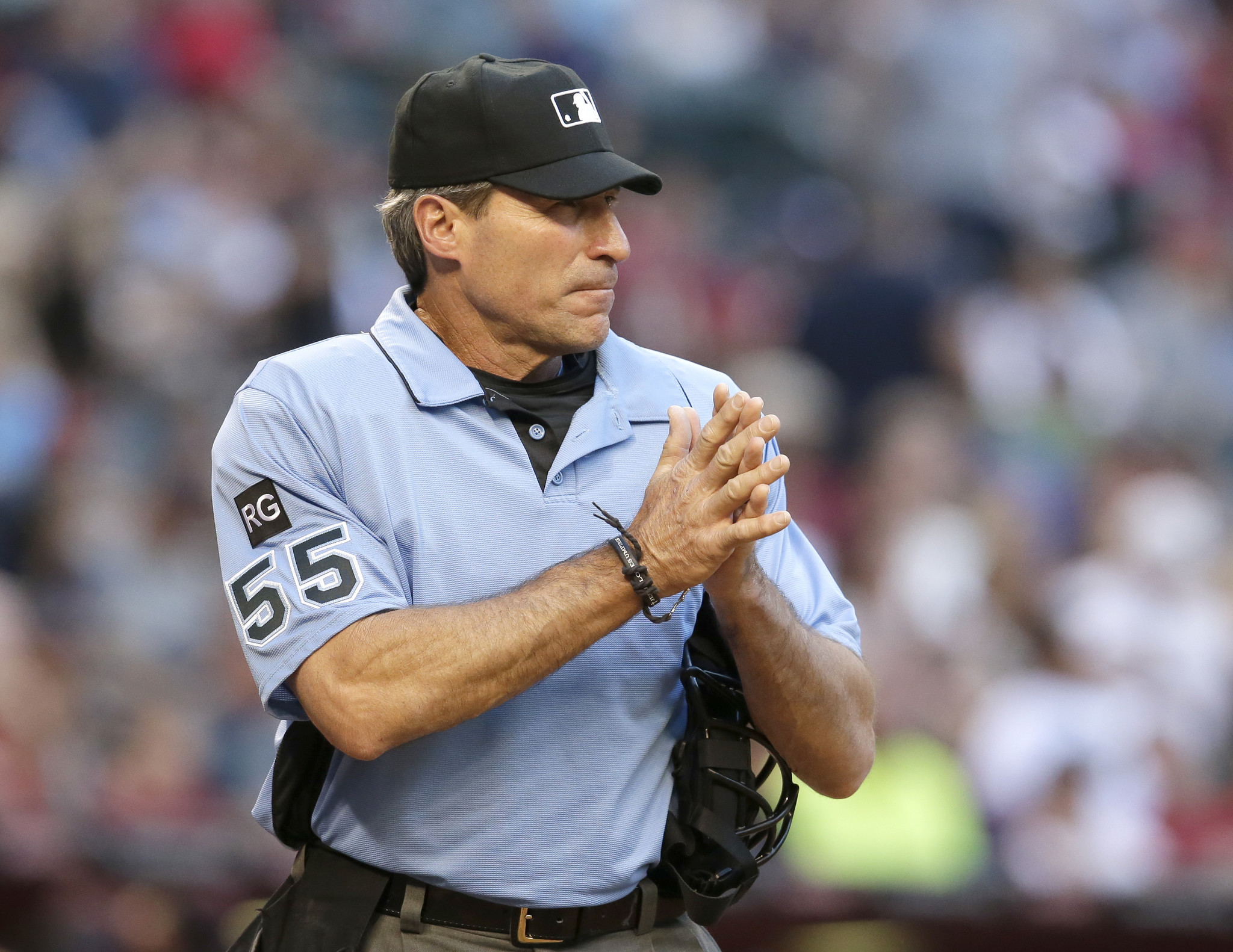 Umpire angel hernandez sues mlb for racial discrimination cites joe torre s animosity chicago tribune