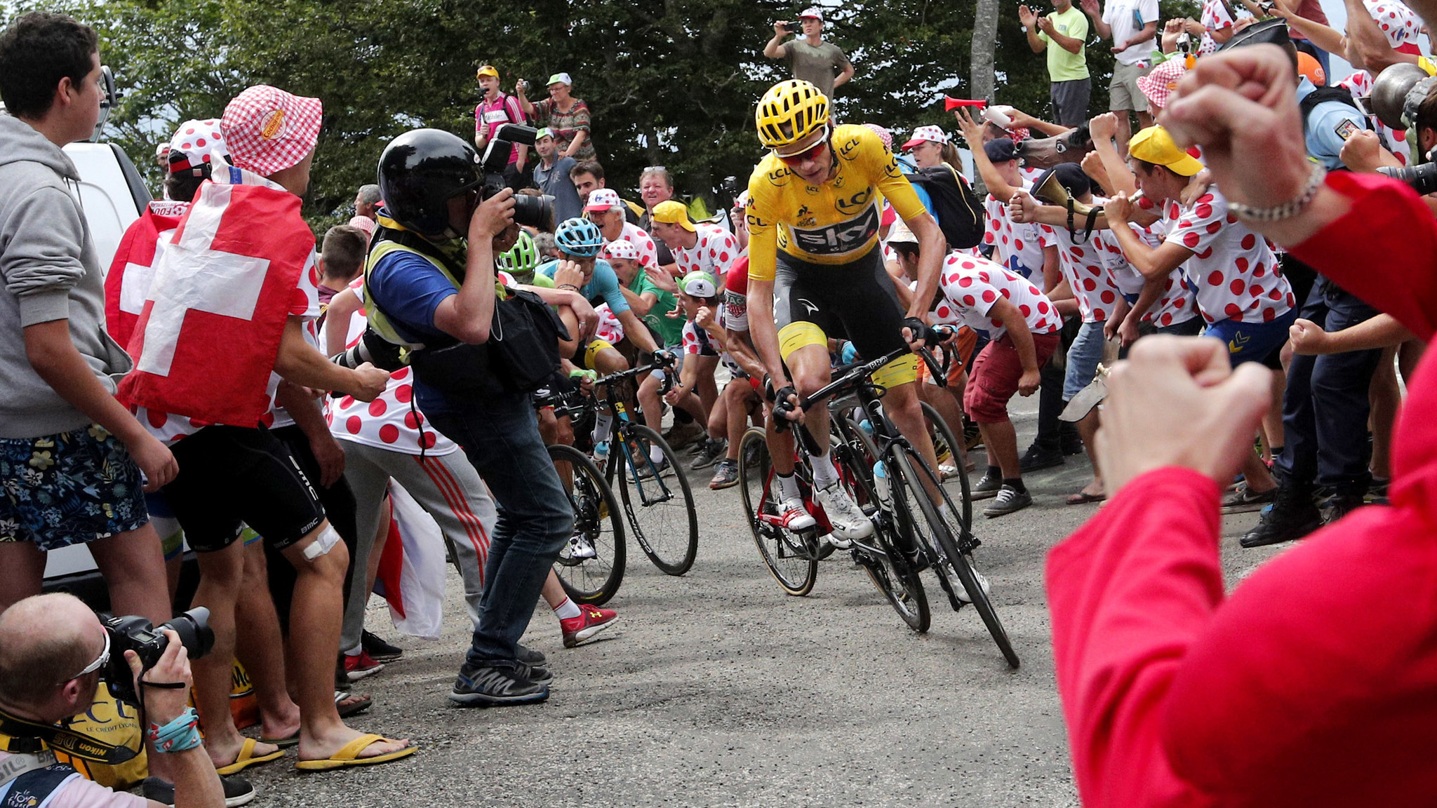 Chris Froome excels in rugged mountain climbs to extend ...
