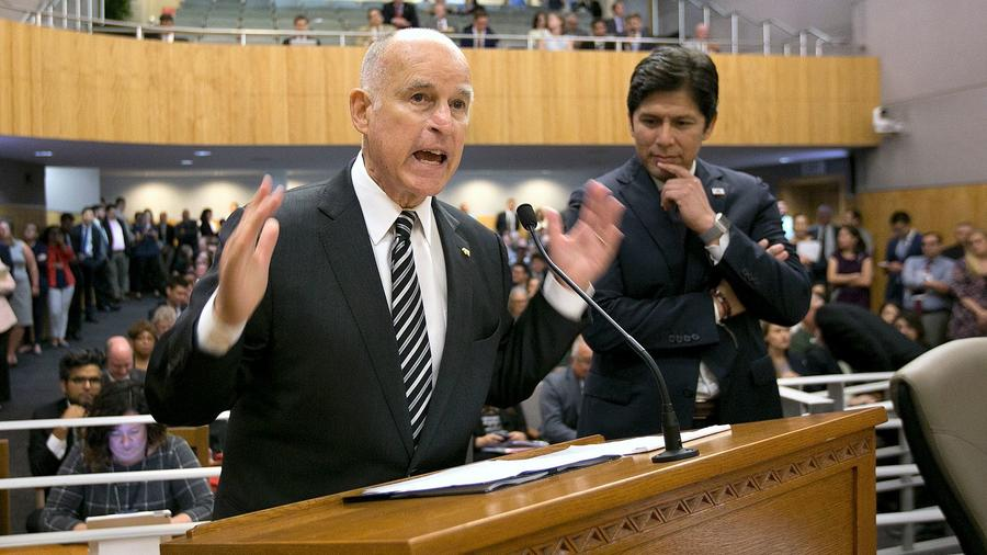 Governor Jerry Brown, flanked by Senate President Pro Tem Kevin de León, urges members of the Environmental Quality Committee to approve a pair of bills to extend cap and trade. — Photograph: Rich Pedroncelli/Associated Press.