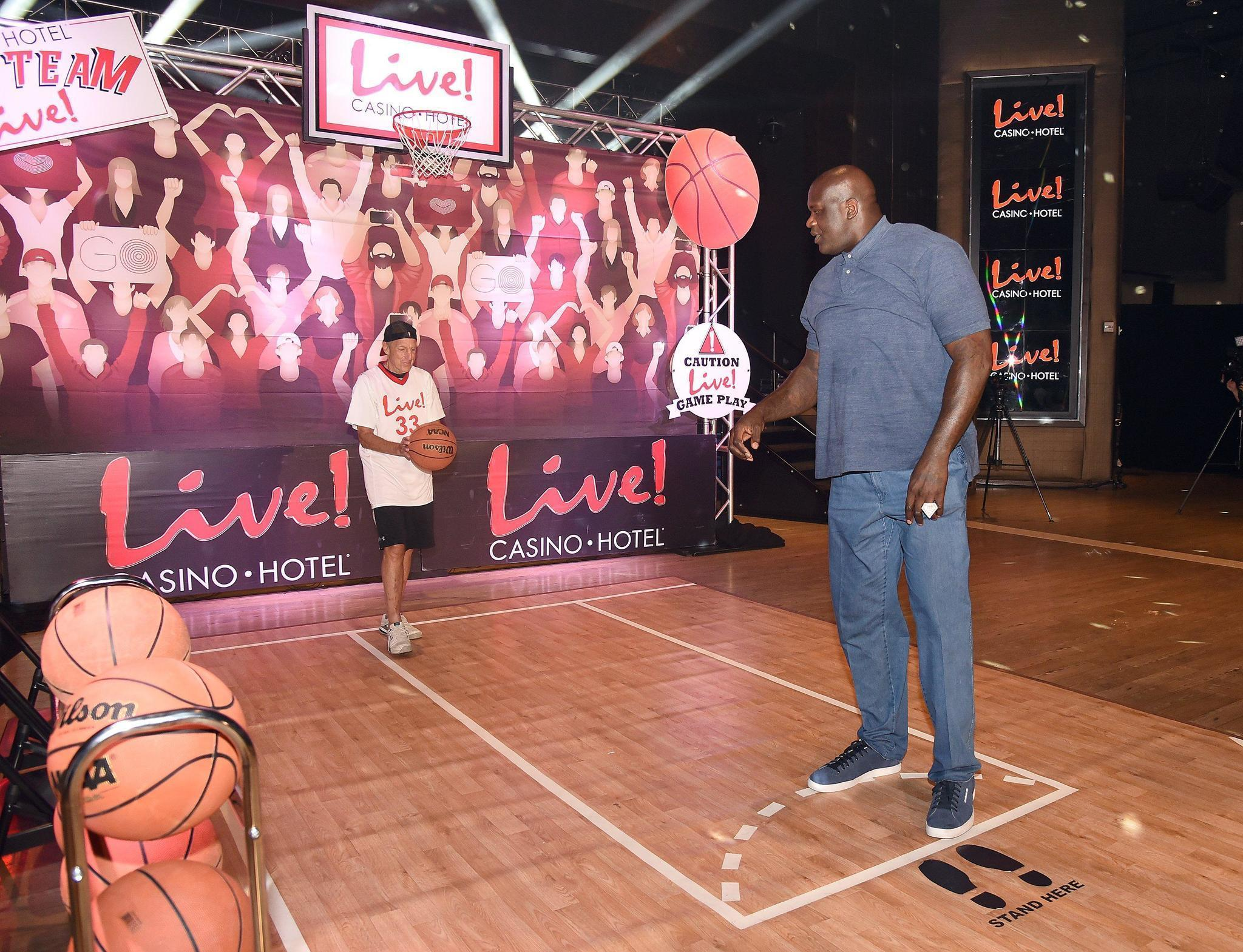 shaq drops by live casino to talk trash shoot free throws. Black Bedroom Furniture Sets. Home Design Ideas