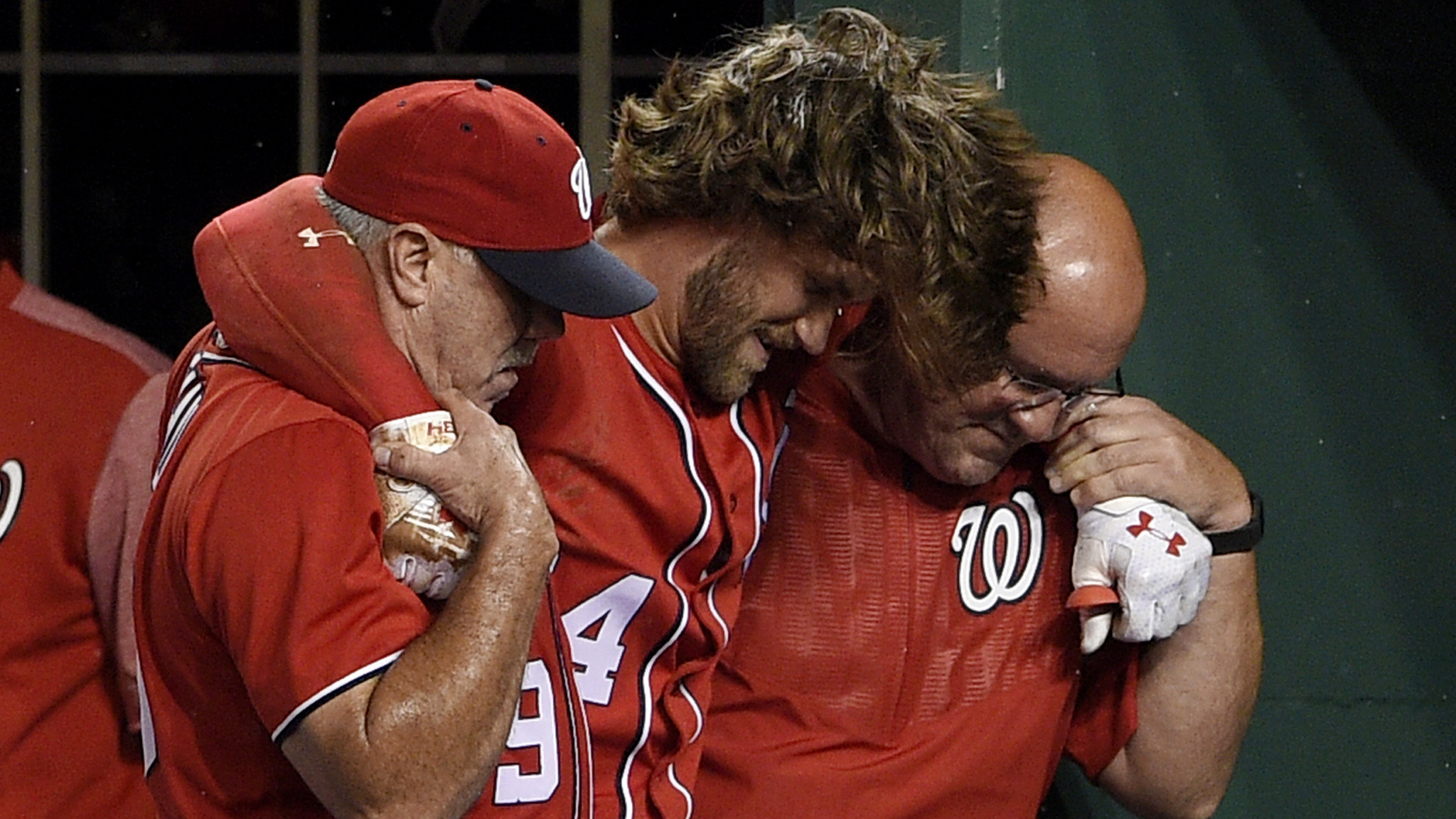 MLB notes: Nationals slugger Bryce Harper leaves game with apparent leg injury