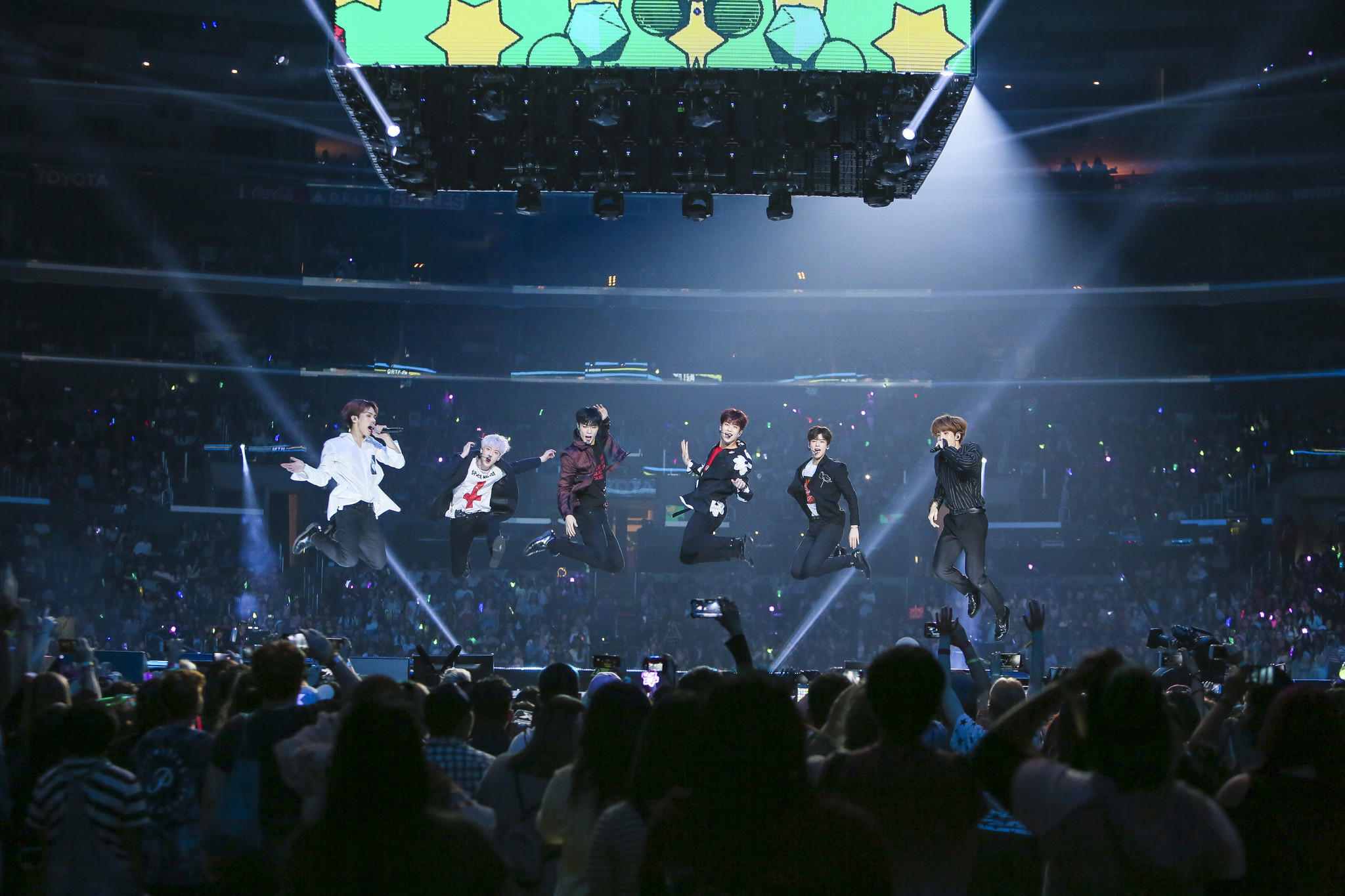 Astro elevates the crowd at KCON on Sunday. (KCON / MNET)