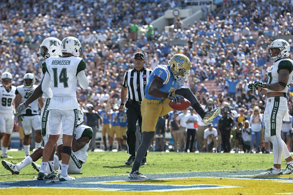 UCLA receiver Darren Andrews had four catches for 92 yards and three touchdowns. (Robert Gauthier / Los Angeles Times)