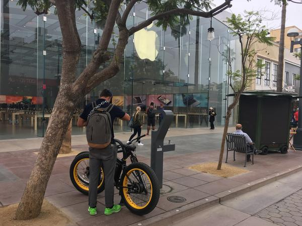 The scene outside the Apple store on the Third Street Promenade in Santa Monica. (Ron White, Los Angeles Times)