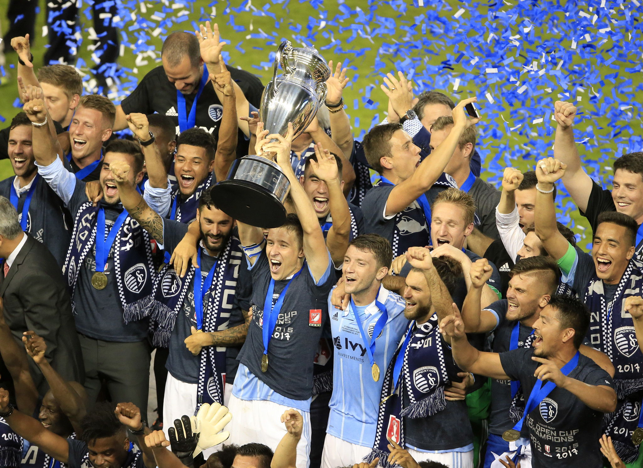 Ct-hoy-sporting-kc-beats-red-bulls-2-1-to-win-4th-us-open-cup-title-20170921