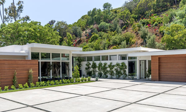 Cindy Crawford adds a stylish Beverly Hills flip to her home wardrobe