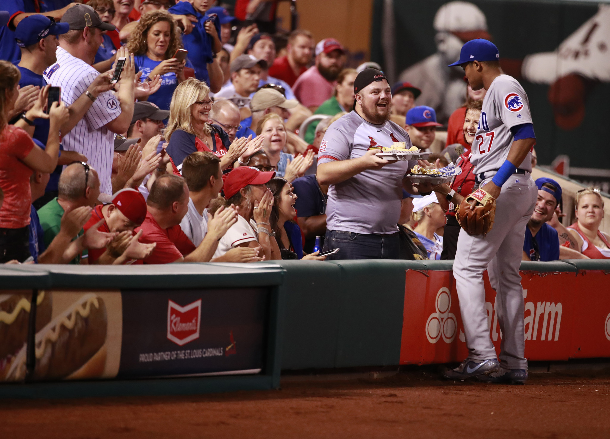 Ct-addison-russell-delivers-nachos-to-thankful-cardinals-fan-20170925