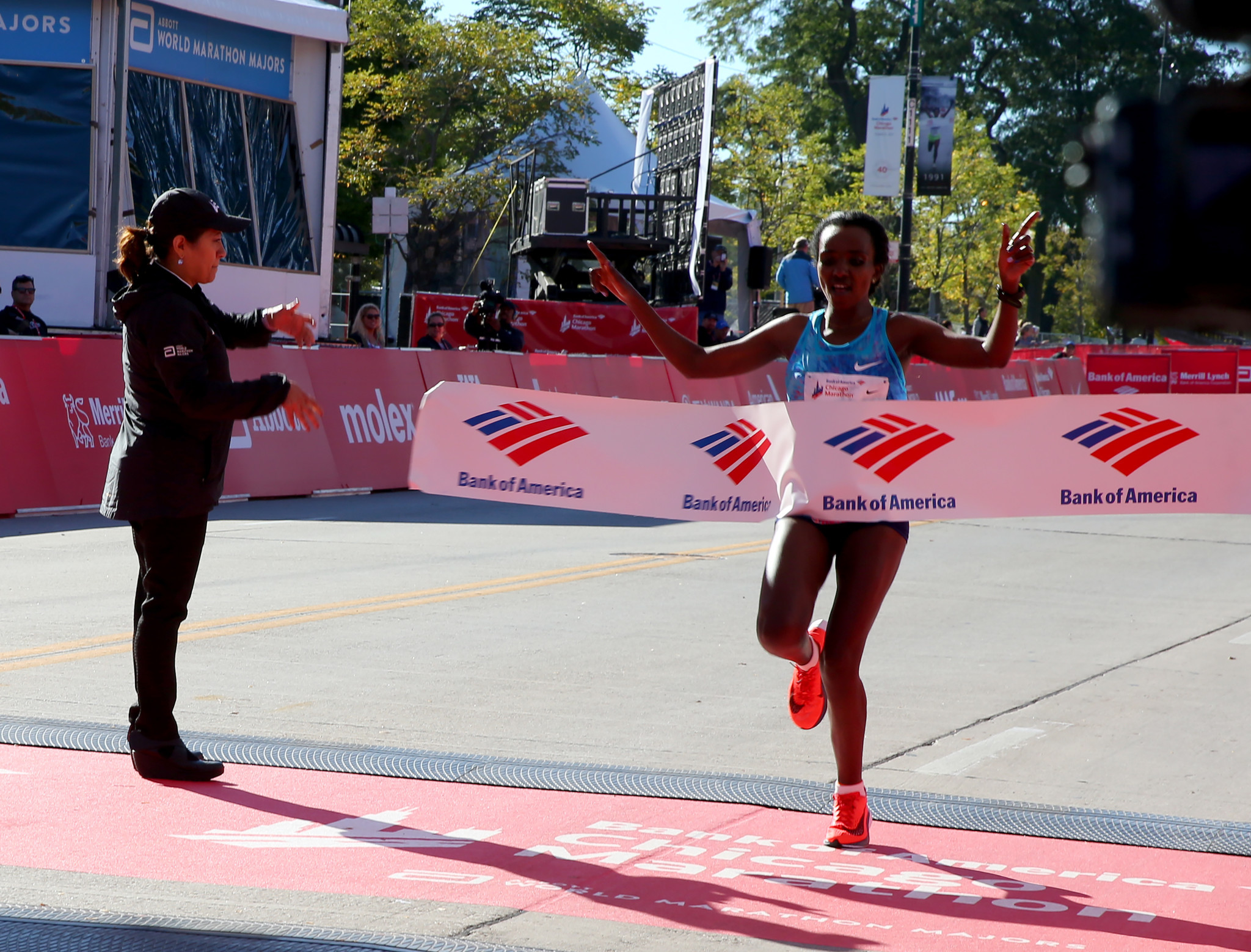 Ethiopia's Tirunesh Dibaba dusts women's field at Chicago Marathon