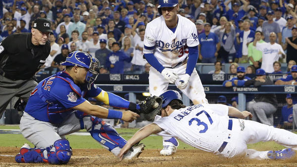 Cubs catcher Willson Contreras tags Dodgers shortstop Charlie Culberson. (Robert Gauthier / Los Angeles Times)