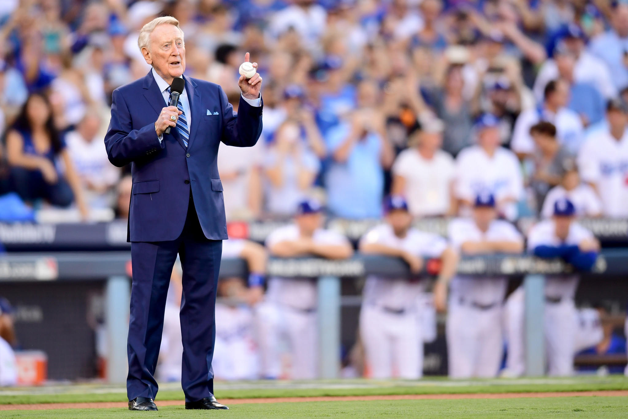 Vin Scully gets help perfectly throwing out first pitch