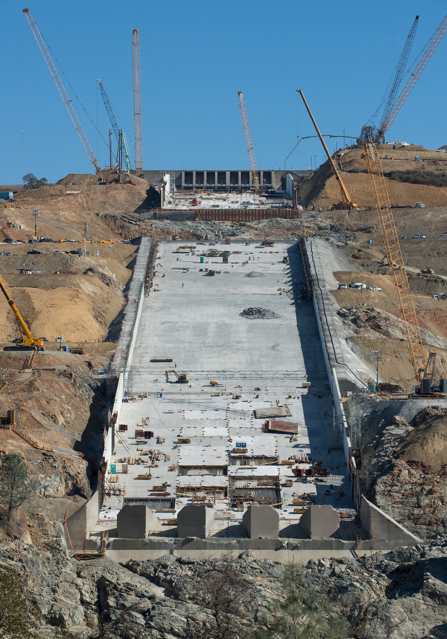 Crews continue placing rebar panels for the new sidewalls and structural concrete on the Lake Oroville flood control spillway on Oct. 13.