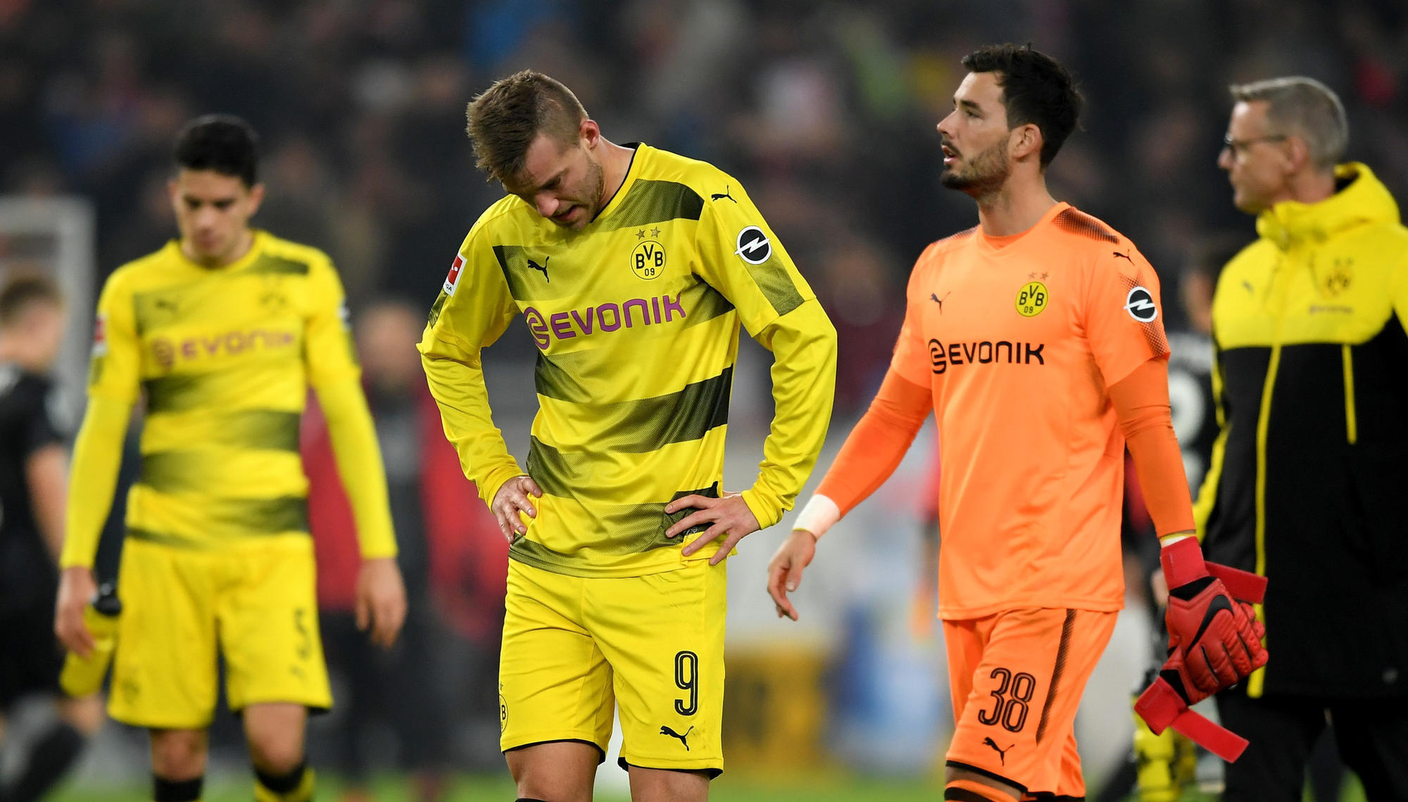 El Dortmund agrava su crisis tras caer en Stuttgart (2-1); el Bremen firma su primer triunfo del curso goleando al Hannover (4-0)