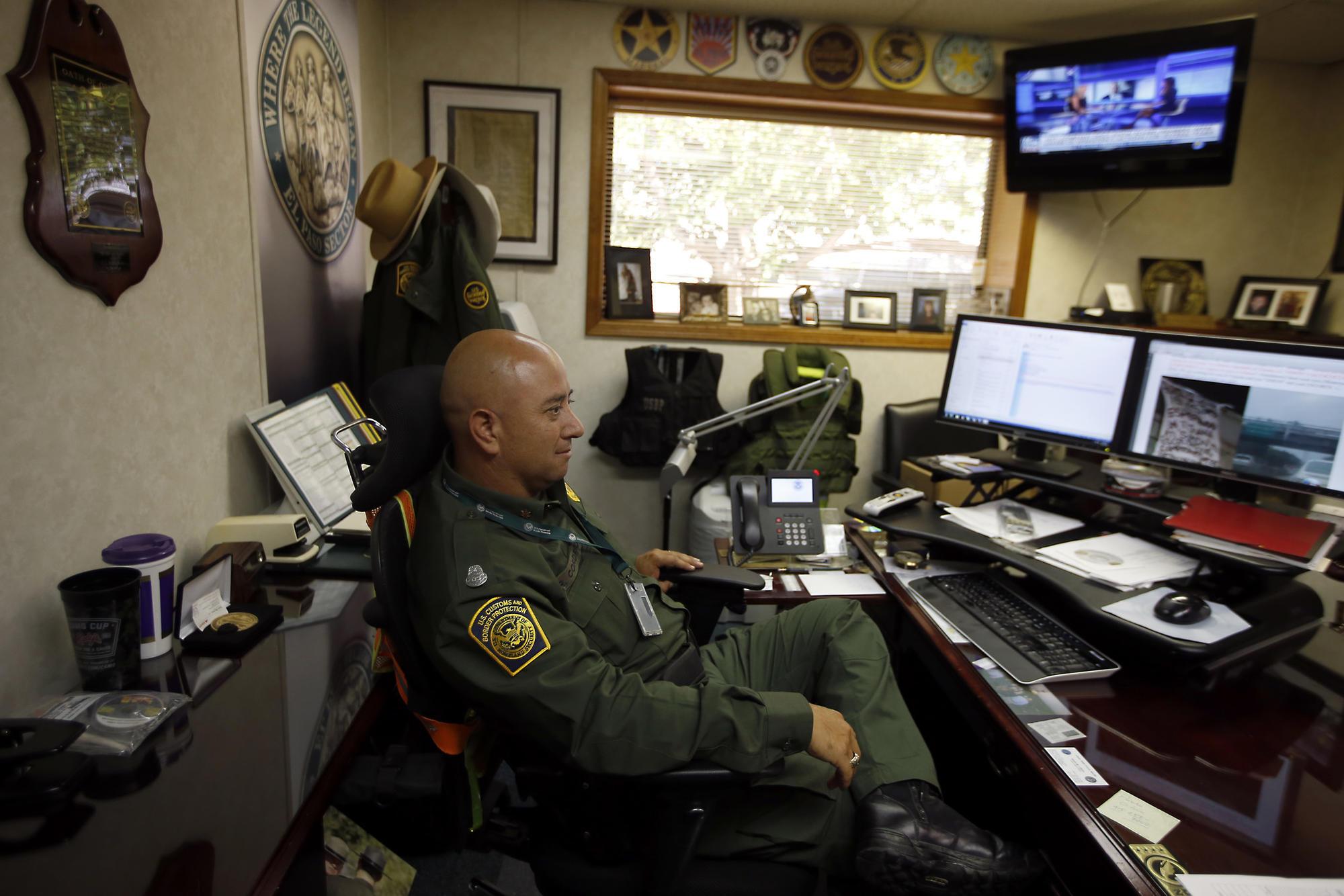 3023925_la-na-border-officer_14.FO.jpg