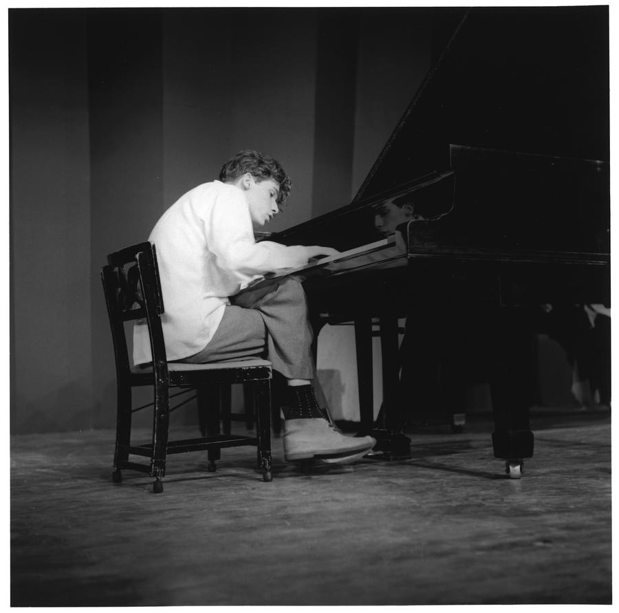 Glenn Gould performs in the 1950s. (Herb Nott / Firefly Books)
