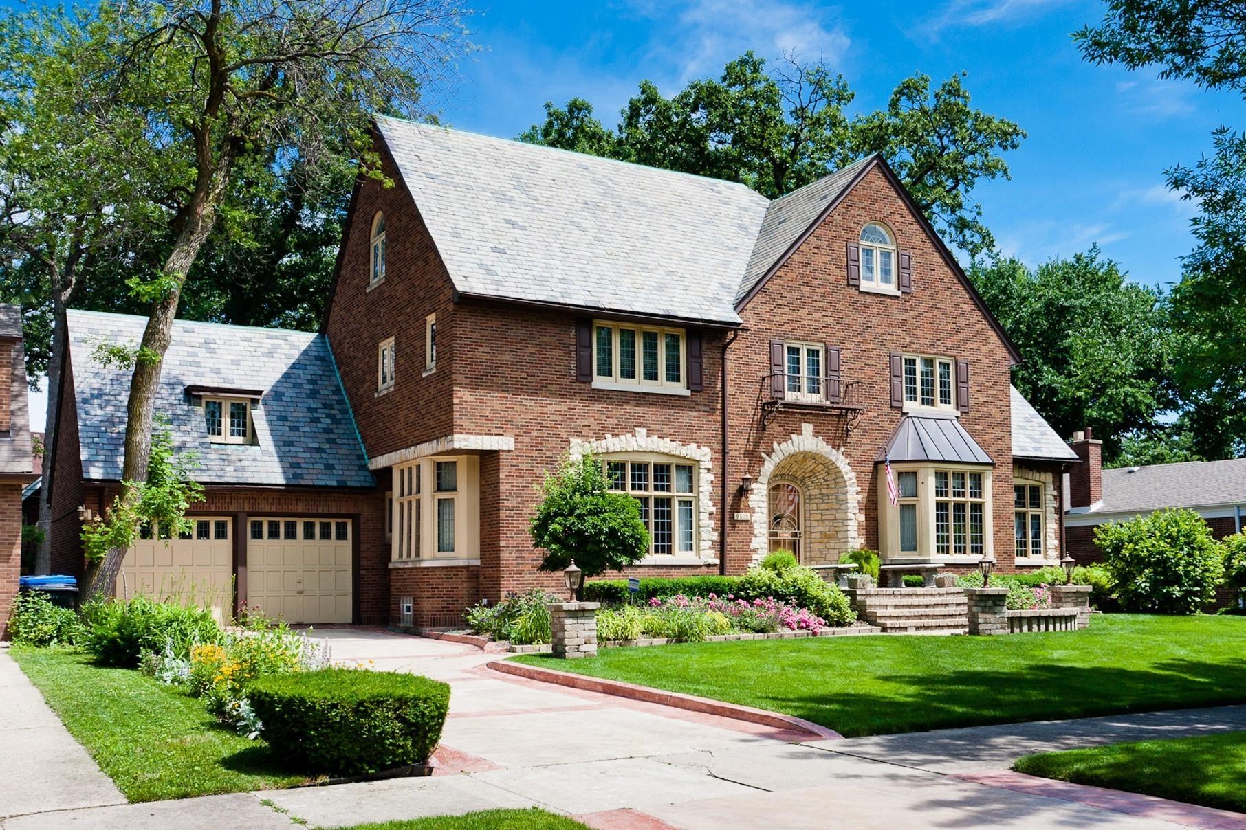 Tudor style chicago home 899 000 chicago tribune for Tudor style house for sale