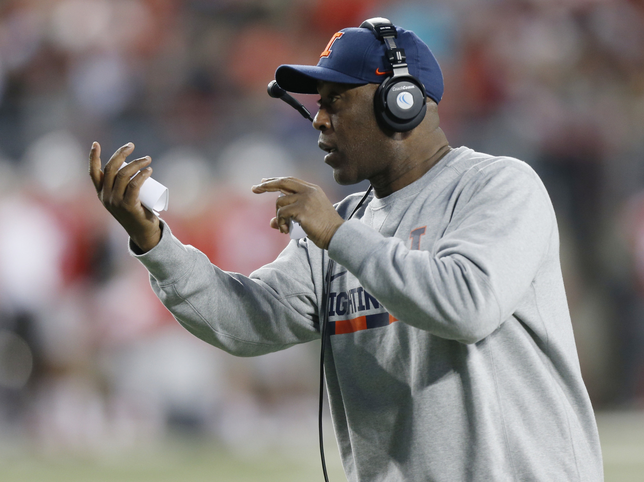 Greeted like a rock star, Lovie Smith acts like he belongs at Illinois