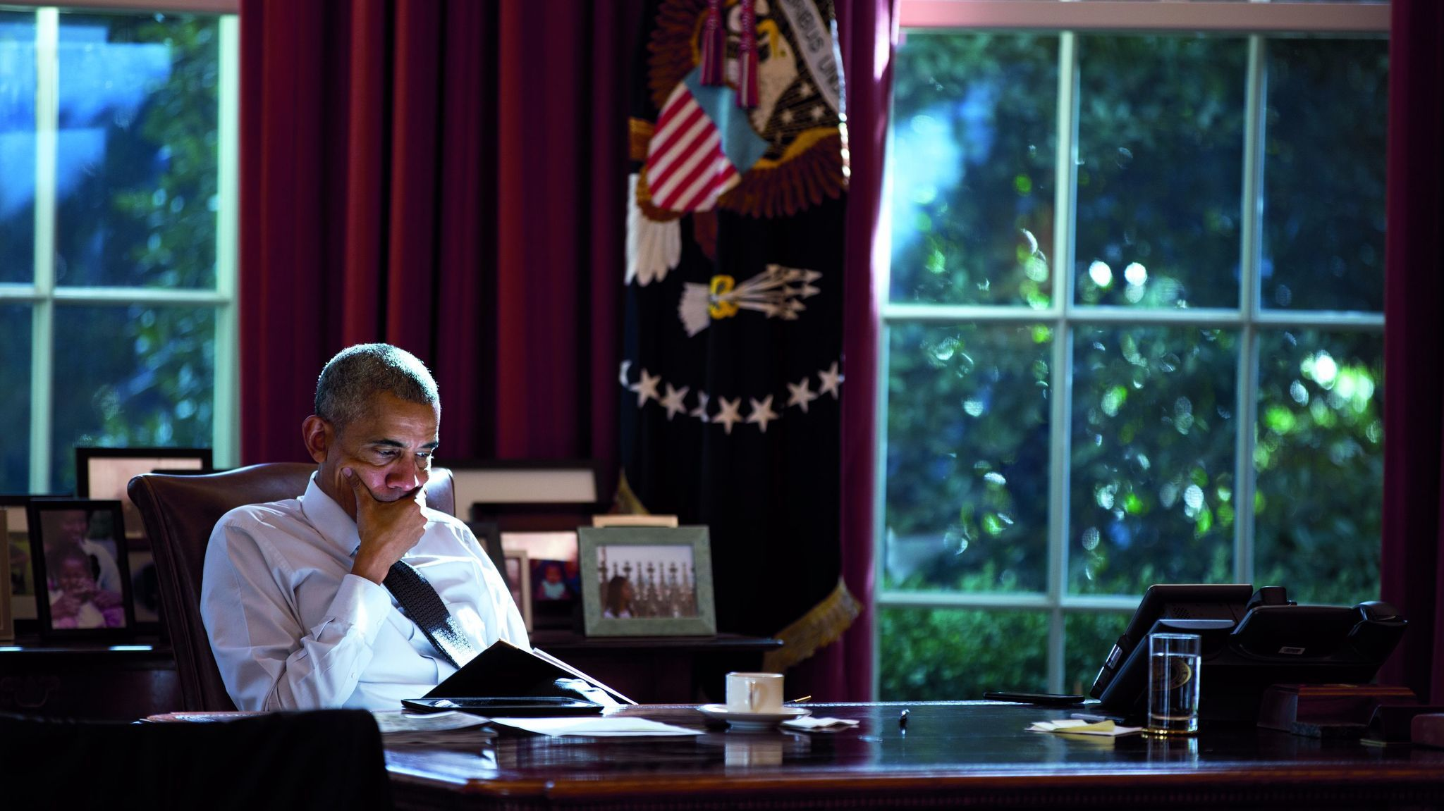 President Barack Obama works at the Resolute Desk in the Oval Office, Oct. 14, 2016. Credit: White H