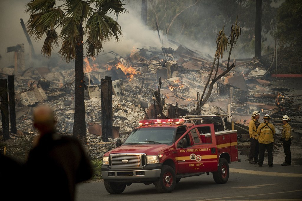 An apartment complex burns as a wildfire rages in Ventura, Calif., on Tuesday, Dec. 5, 2017.