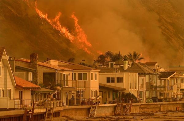 The Thomas fire reaches the 101 Freeway at Faria Beach. (Wally Skalij)