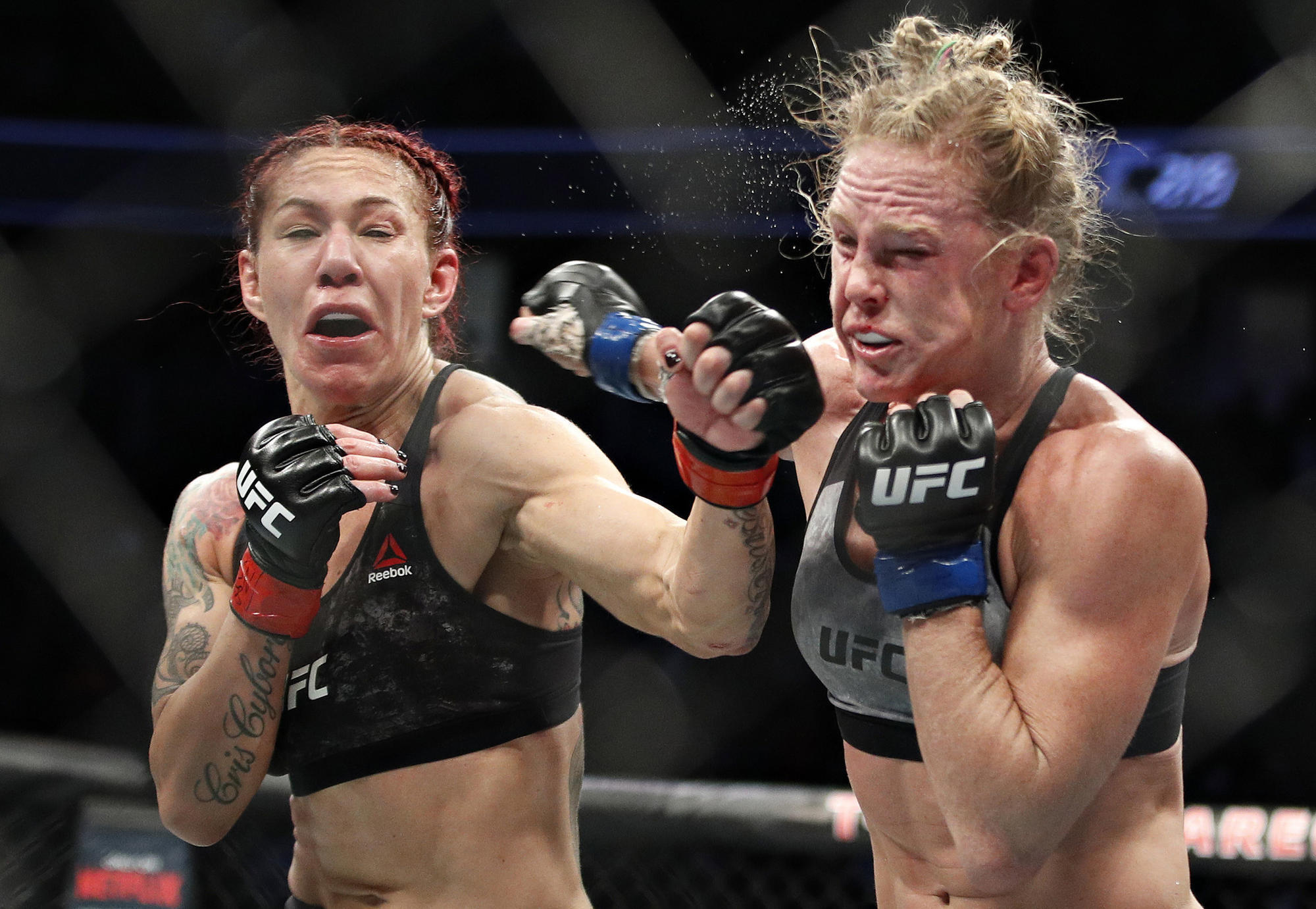 Резултат со слика за Cris Cyborg defeats Holly Holm by decision, retains featherweight belt