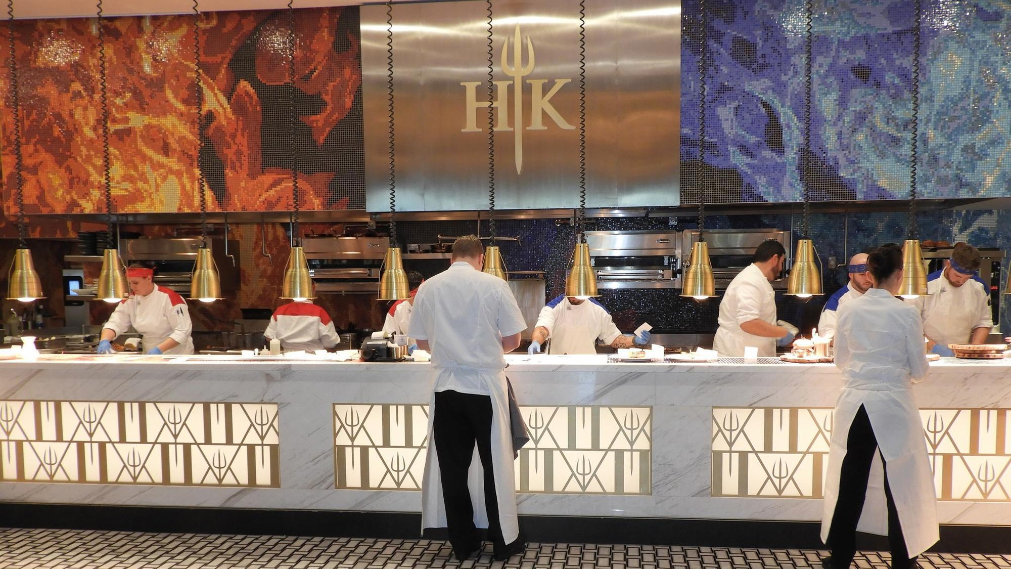 Newly opened hell 39 s kitchen restaurant in las vegas got 50 000 reservations in 10 days gordon for Cuisine las vegas