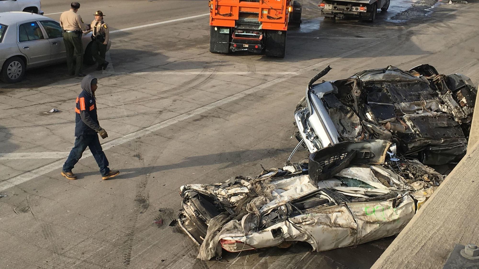 Semi crashes, leaving its junk cars strewn across Dan Ryan - Chicago ...